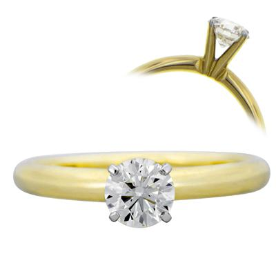 Anillo en oro amarillo de 18 Kilates, con diamante central de 0.60 Quilates