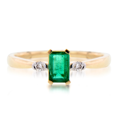 0112023022 - Anillo en oro amarillo de 18 Kilates, con esmeralda central de 0.60 Ct y decoración en diamantes de 0.07 Ct