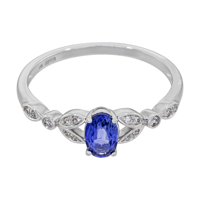 0120003020 - Anillo en oro blanco de 18 Kilates, con zafiro central de 0.60 Ct y decoración en diamantes de 0.07 Ct