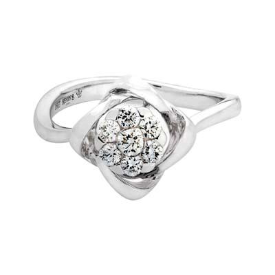 Anillo en oro blanco de 18 Kilates, con 7 diamantes central de 0.25 Quilates, 2 milimetros de ancho, de la coleccion: Flores para ti