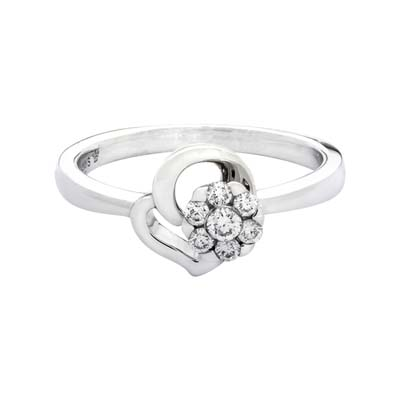 Anillo en oro blanco de 18 Kilates, con 7 diamantes central de 0.15 Quilates, 2 milimetros de ancho, de la coleccion: Flores para ti