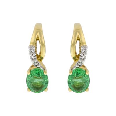 0212500018 - Aretes en oro amarillo de 18 Kilates, Franjas, con 2 esmeraldas centrales de 0.65 Ct y decoración en diamantes de 0.05 Ct