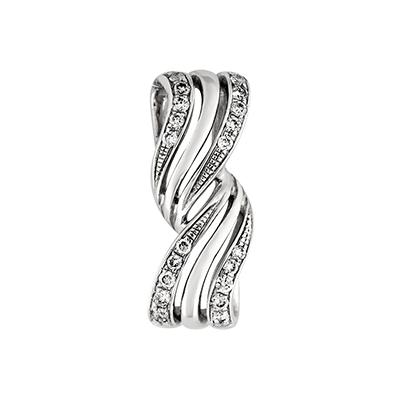 Dije en oro blanco de 18 Kilates con 20 diamantes de 0.13 Ct peso total.