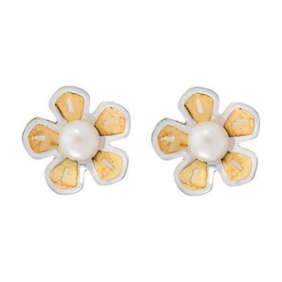 Topos en oro amarillo de 18 Kilates, Margarita, con 2 perlas en decoracion, 5 milimetros de ancho, con broche tipo: Mariposa