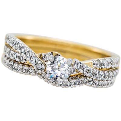 Set de matrimonio en oro amarillo de 18 Kilates con diamante central de 0.25 Ct y diamantes en decoración de 0.37 Ct Peso total.