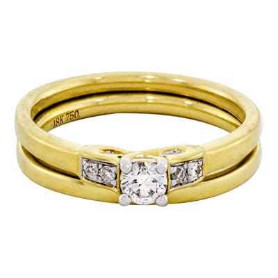 Set de matrimonio en oro amarillo de 18 Kilates con diamante central de 0.15 Ct y diamantes en decoración de 0.04 Ct Peso total.