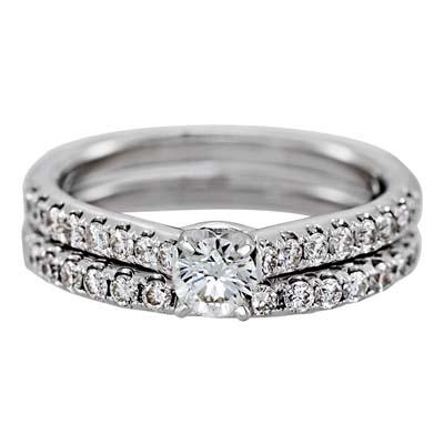 Set de matrimonio en oro blanco de 18 Kilates con diamante central de 0.25 Ct y diamantes en decoración de 0.48 Ct Peso total.