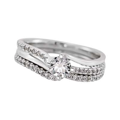 Set de matrimonio en oro blanco de 18 Kilates con diamante central de 0.30 Ct y diamantes en decoración de 0.25 Ct. Peso total.