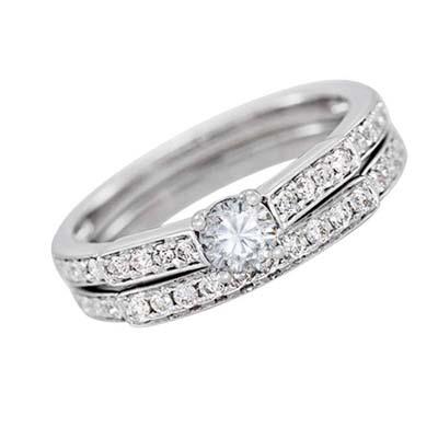 Set de matrimonio en oro blanco de 18 Kilates con diamante central de 0.20 Ct y diamantes en decoración de 0.29 Ct Peso total.