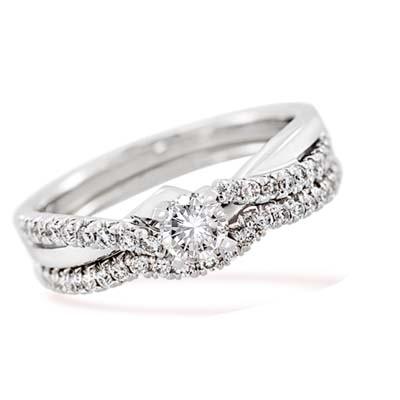 Set de matrimonio en oro blanco de 18 Kilates con diamante central de 0.25 Ct y diamantes en decoración de 0.26 Ct Peso total.