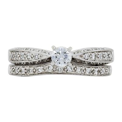 Set de matrimonio en oro blanco de 18 Kilates con diamante central de 0.25 Ct y diamantes en decoración de 0.31 Ct Peso total.