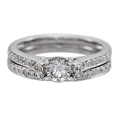 Set de matrimonio en oro blanco de 18 Kilates con diamante central de 0.35 Ct y diamantes en decoración de 0.33 Ct Peso total.