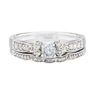 Set de matrimonio en oro blanco de 18 Kilates con diamante central de 0.20 Ct y 35 diamantes en decoración de 0.32 Ct Peso total.