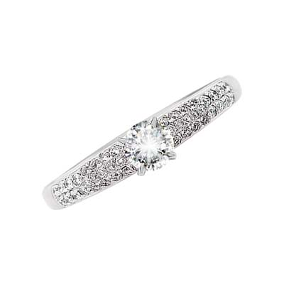 Anillo en oro blanco de 18 Kilates con diamante central de 0.30 Ct y diamantes en decoración de 0.36 Ct Peso total.