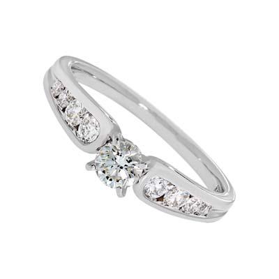 Anillo compromiso en oro blanco de 18 Kilates con diamante central de 0.30Ct y  con diamantes en decoracion de 0.30Ct peso total