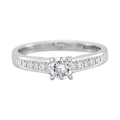 Anillo compromiso en oro blanco de 18 Kilates, con diamante central de 0.25 Quilates y 12 diamantes de 0.38 Quilates