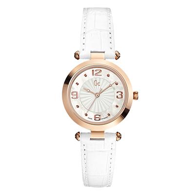 Reloj Guess colection analogo, para Dama, tablero redondo color gris, estilo puntos + arabigo, pulso cuero color blanco
