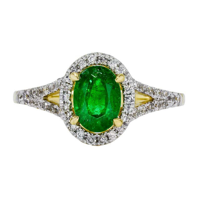 011250C026 - Anillo en oro amarillo de 18 kilates, con esmeralda central de 0.70 ct y decoración en diamantes de 0.25 ct