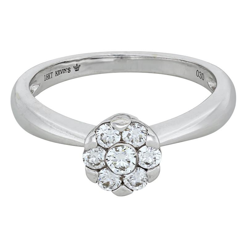 012174M026 - Anillo compromiso en oro blanco de 18 kilates, con 7 diamantes centrales de 0.30 ct, 2 mm. de ancho, de la coleccion flores para ti