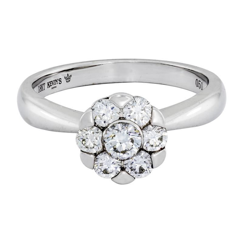 012178U030 - Anillo compromiso en oro blanco de 18 kilates, con 7 diamantes centrales de 0.50 ct, de la coleccion flores para ti
